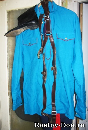 Срочно продается казачий костюм, мужской.  Рубашка - светло-сине-бирюзовая.  Брюки - темно-синие с красными ломпасами.